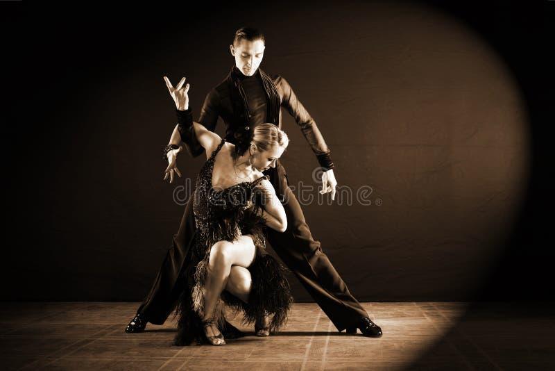 Bailarines en salón de baile en negro foto de archivo libre de regalías
