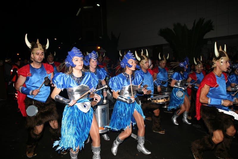Bailarines en trajes en el desfile de carnaval magnífico imagenes de archivo