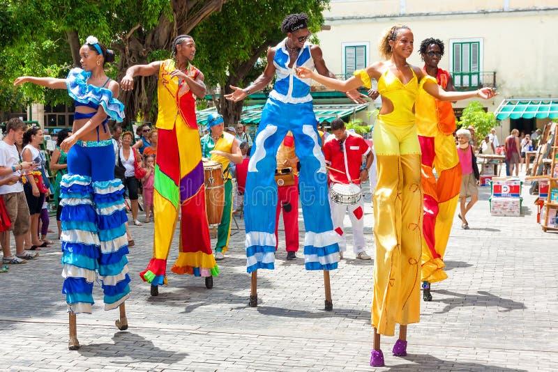 Bailarines en un carnaval en La Habana vieja fotografía de archivo