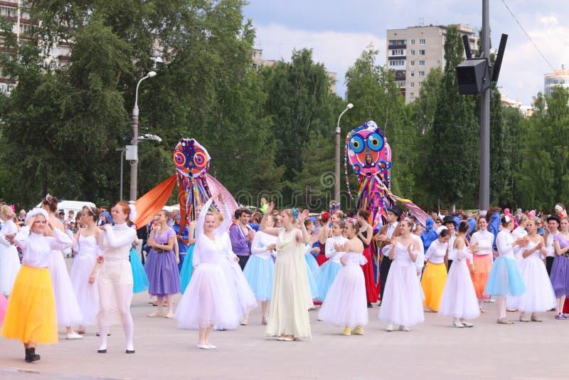 Bailarines en vestidos en la demostración de la calle fotos de archivo