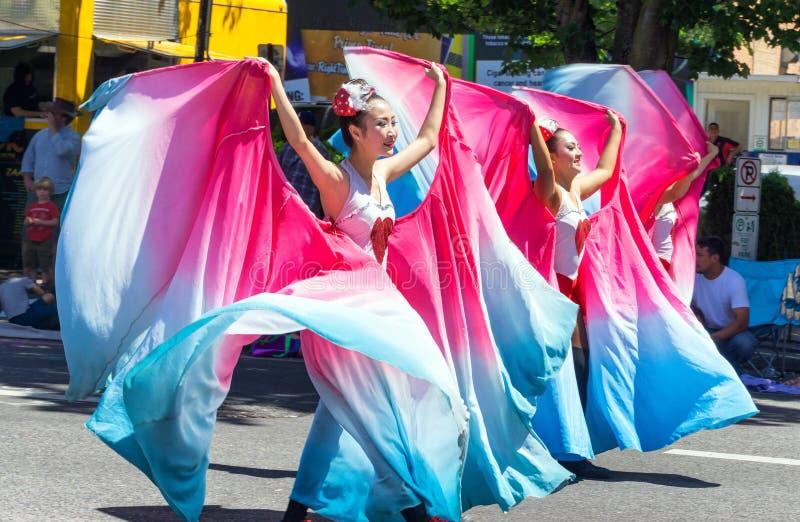 Bailarines florales magníficos del desfile imagenes de archivo