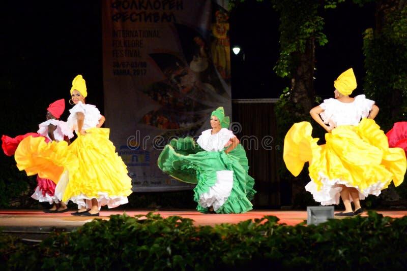 Bailarines hermosos del folclore de la escena del funcionamiento de Colombia fotos de archivo libres de regalías