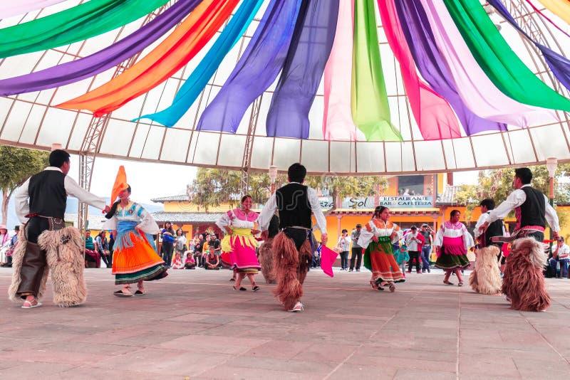 Bailarines indígenas de Ecuador fotografía de archivo libre de regalías
