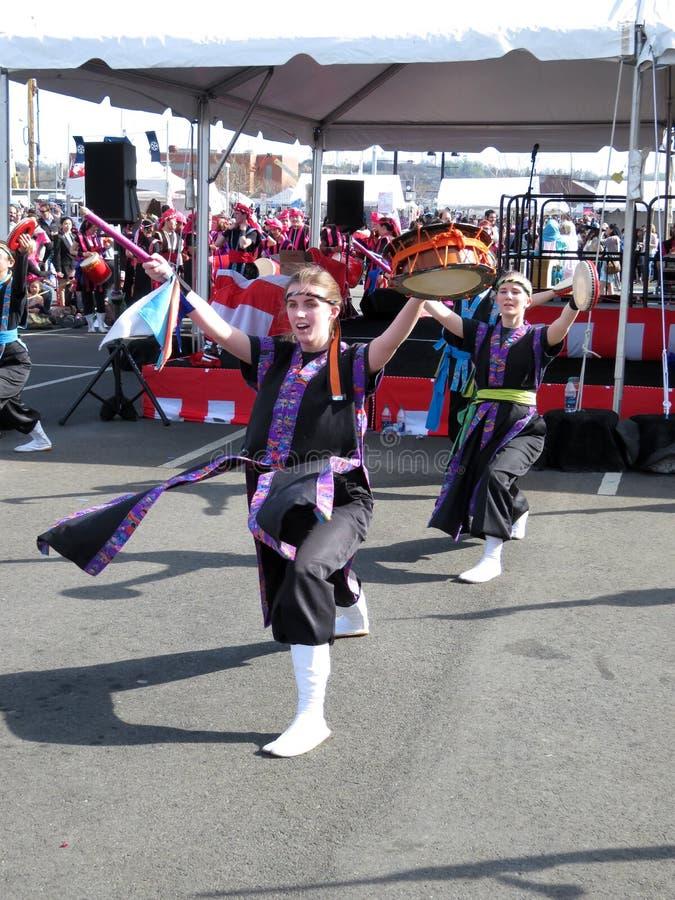 Bailarines japoneses de las mujeres del festival de la calle fotografía de archivo libre de regalías