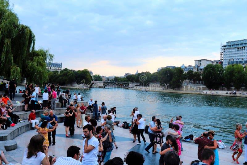 Bailarines a lo largo del Sena en París fotografía de archivo libre de regalías