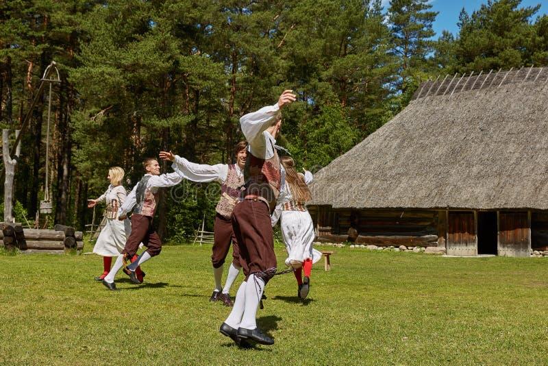 Bailarines locales y su funcionamiento tradicional en el museo del aire abierto, kivikulv de Vabaohumuuseumi, yegua del al de Roc imagen de archivo