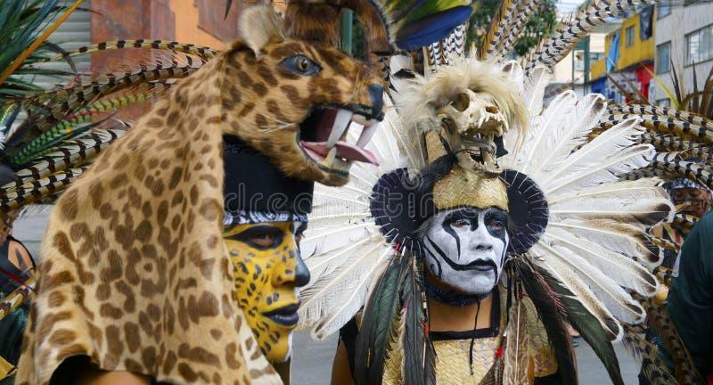 Bailarines mexicanos en el traje del cierre del guerrero y de la pintura de la cara para arriba imagen de archivo libre de regalías