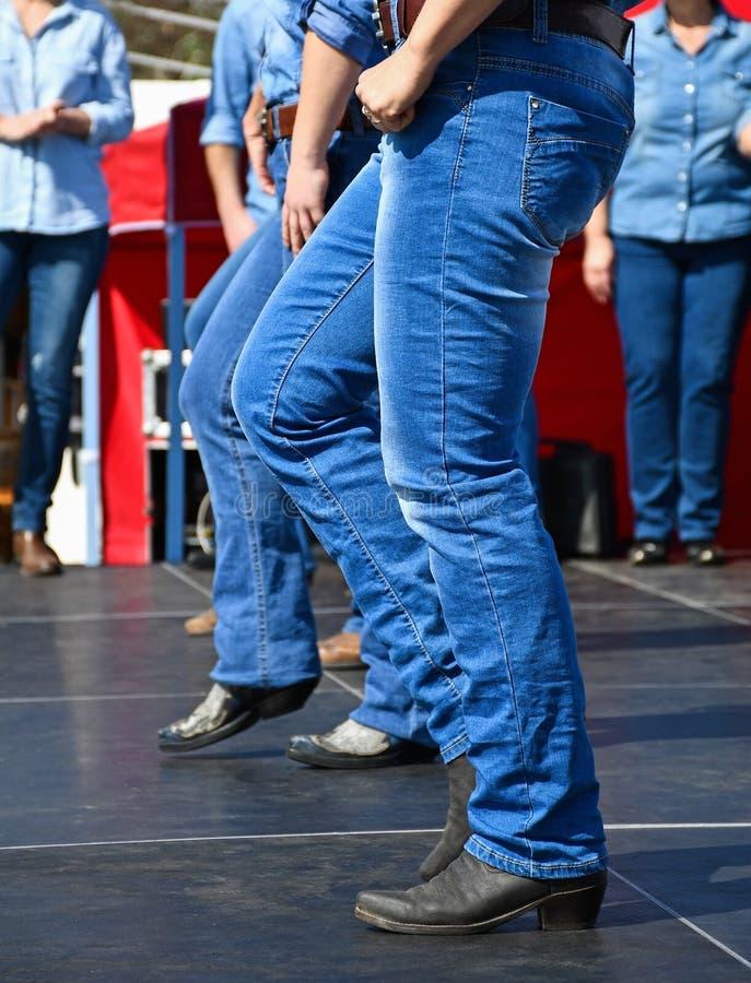 Bailarines occidentales que bailan al aire libre fotografía de archivo libre de regalías