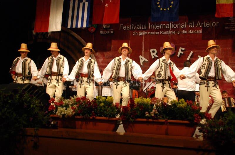 Bailarines populares rumanos en un festival internacional imagen de archivo