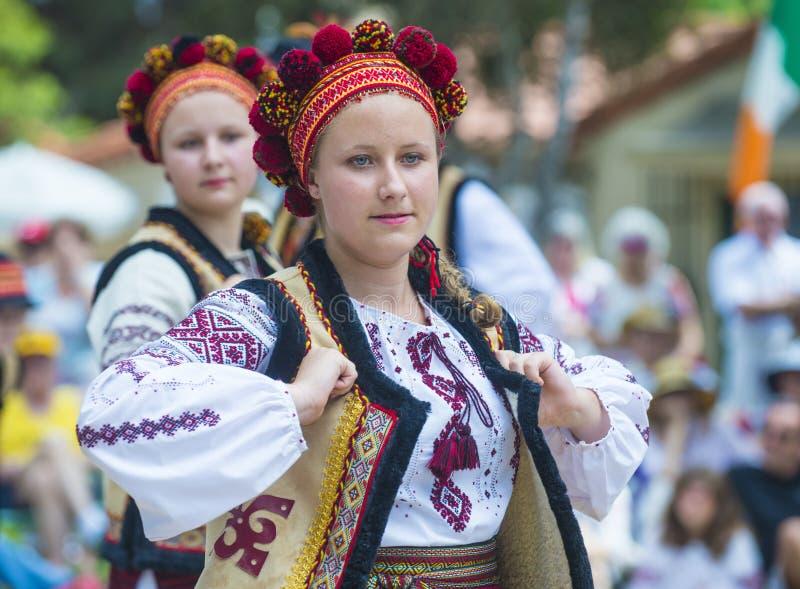 Bailarines populares ucranianos imagenes de archivo
