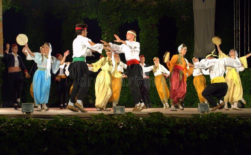 Bailarines que gozan en escena fotografía de archivo libre de regalías