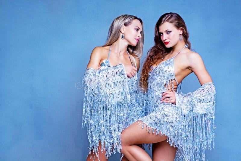Bailarines que realizan la danza popular tradicional rusa imagen de archivo libre de regalías