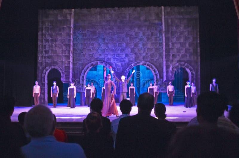 Bailarines que se realizan al fantasma de la ópera en Teatro magnífico en La Habana vieja, Cuba imágenes de archivo libres de regalías