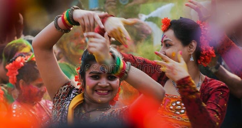Bailarines que se realizan en la celebración de Holi, la India de las mujeres imágenes de archivo libres de regalías