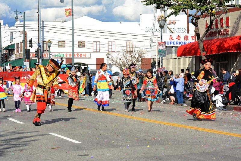 Bailarines tailandeses en traje tradicional colorido en Dragon Parade de oro, celebrando el Año Nuevo chino fotografía de archivo