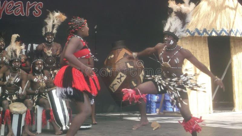 Bailarines tradicionales africanos peforming imagen de archivo libre de regalías