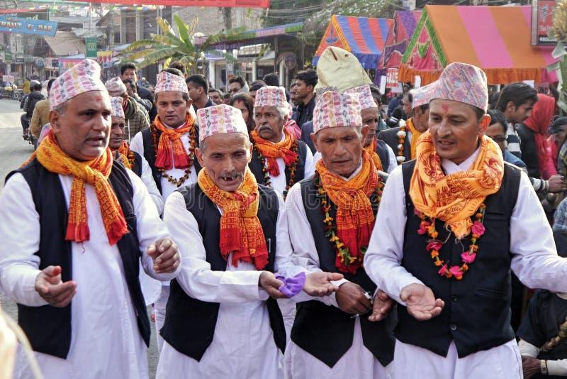 Bailarines tradicionales de sexo masculino nepaleses imagenes de archivo