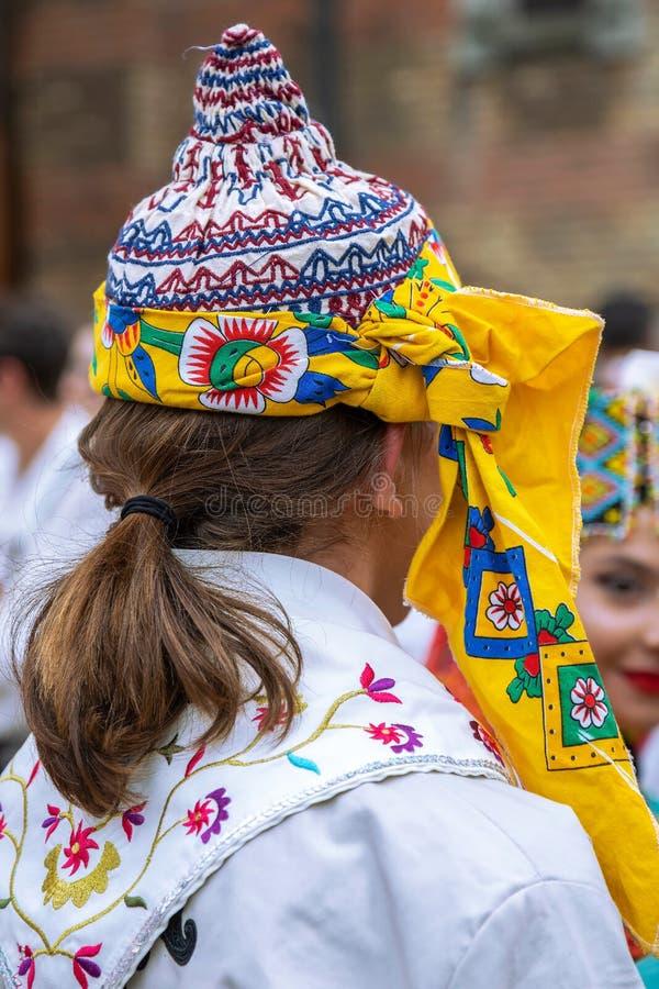 Bailarines turcos en traje tradicional foto de archivo