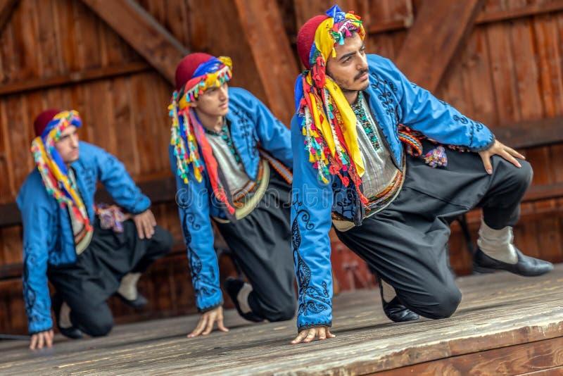 Bailarines turcos jovenes en traje tradicional fotografía de archivo libre de regalías