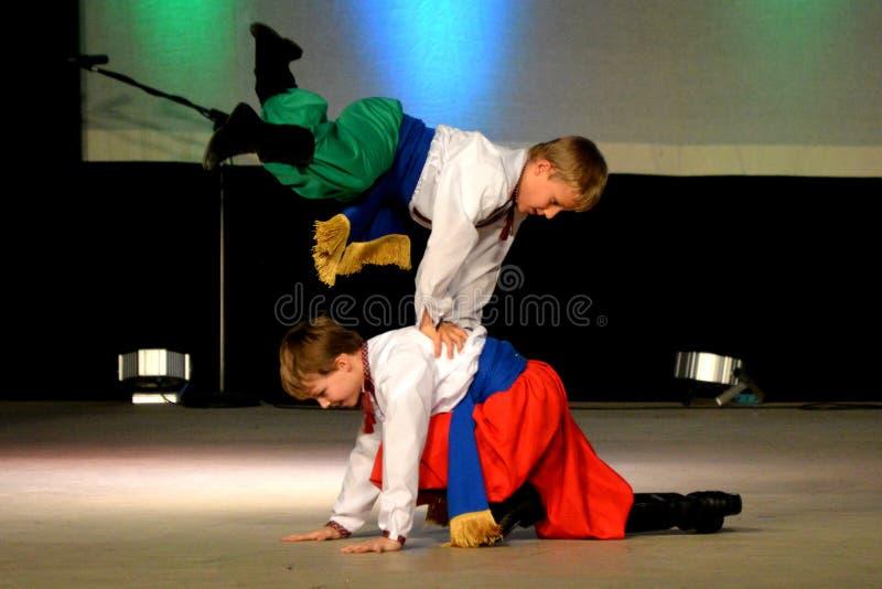 Bailarines ucranianos del muchacho fotografía de archivo