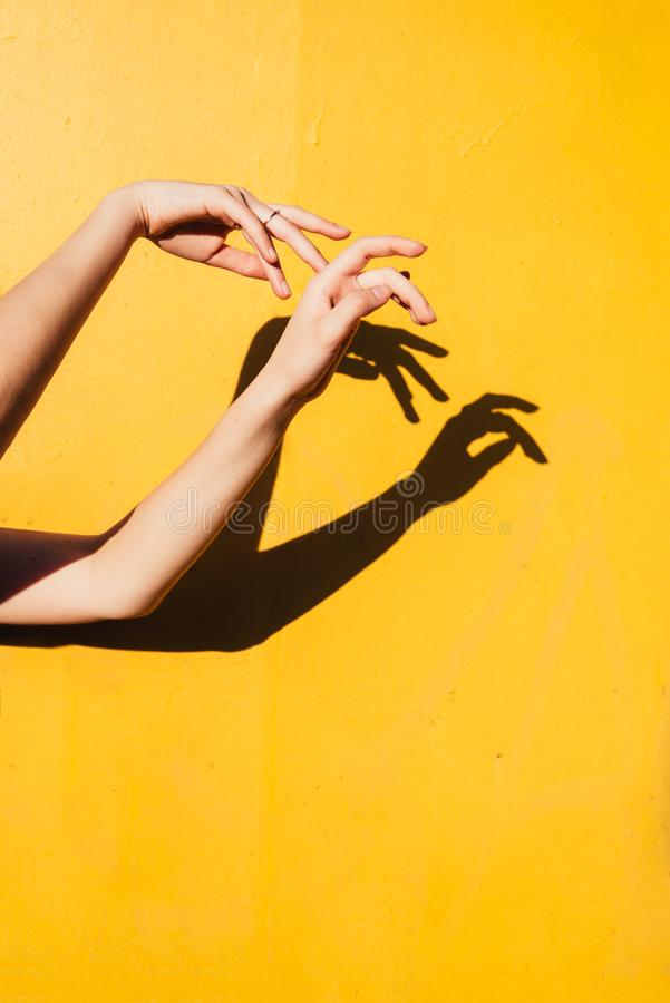 Baile adolescente de la muchacha del verano debajo de los happines mínimos concepto, cierre de la luz directa del sol encima del  fotos de archivo libres de regalías