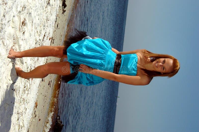 Baile adolescente en la playa imagen de archivo