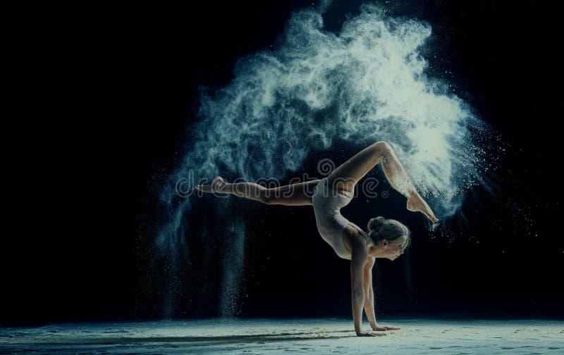 Baile agraciado de la mujer en la nube del polvo fotografía de archivo libre de regalías