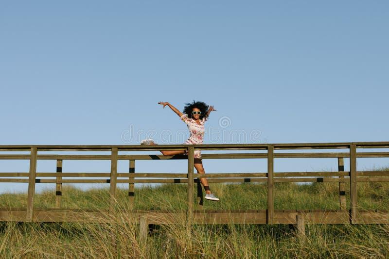 Baile alegre de la mujer negra al aire libre foto de archivo