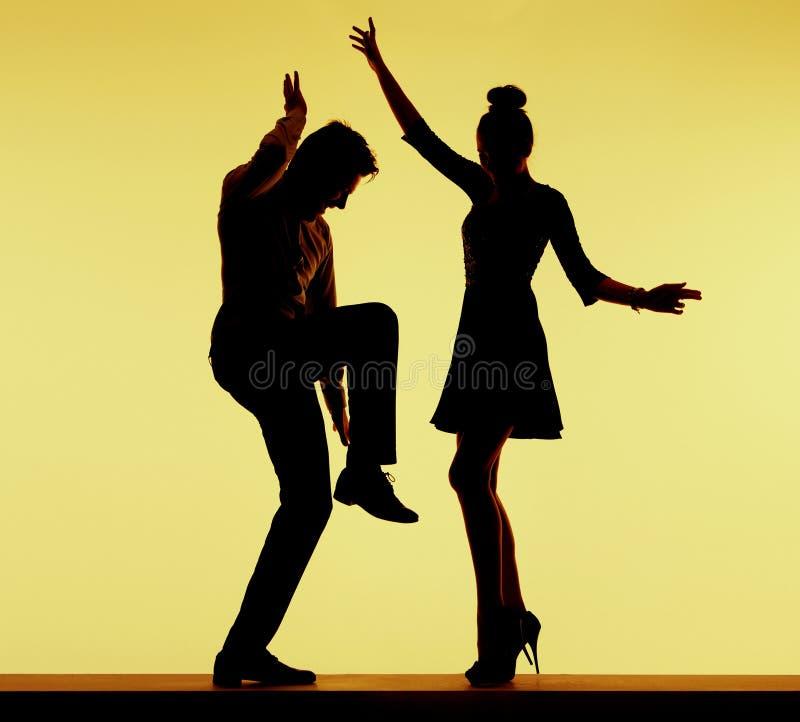 Baile apto de los pares de los jóvenes en el partido fotografía de archivo libre de regalías