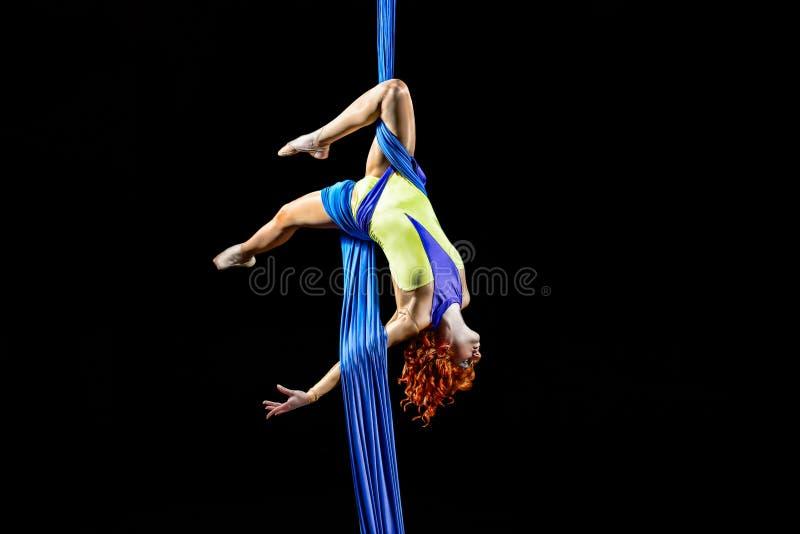 Baile atlético joven hermoso de la muchacha en el aire con la balanza fotos de archivo