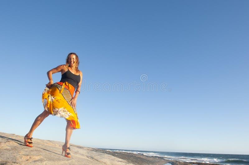Baile atractivo de la mujer en la playa II foto de archivo libre de regalías