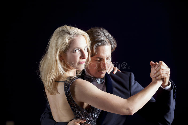Baile atractivo de los pares foto de archivo