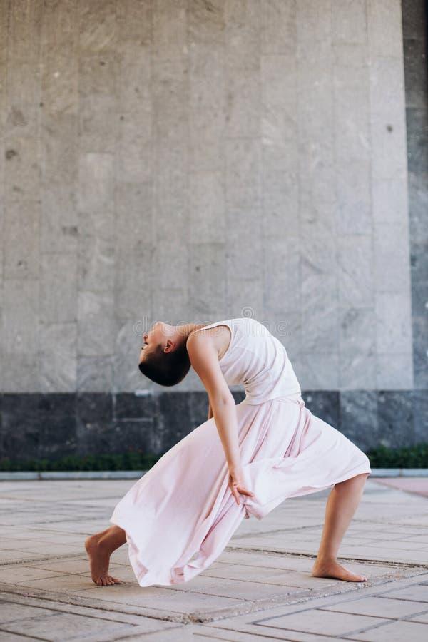 Baile aut?ntico de la muchacha en la calle descalzo foto de archivo libre de regalías