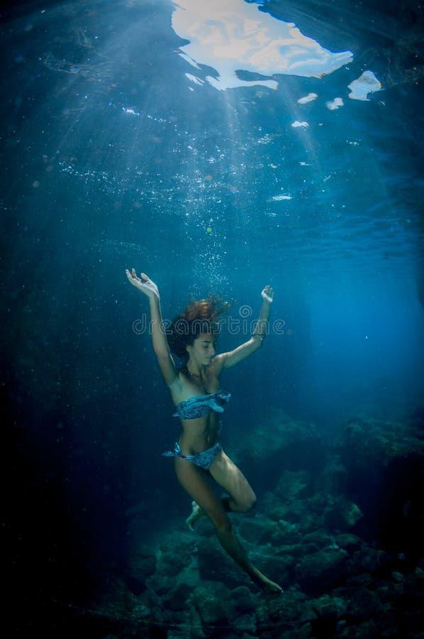 Baile bajo el agua fotos de archivo libres de regalías