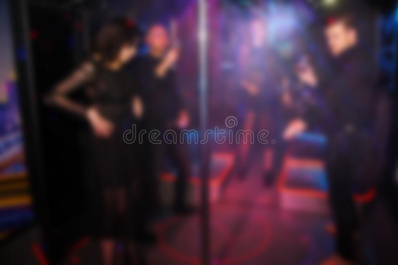 Baile borroso abstracto de la gente en el partido en el club nocturno imagen de archivo