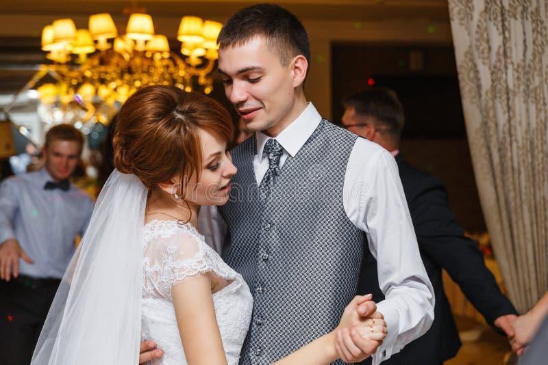 Baile casado romántico de novia y del novio de la pareja fotos de archivo libres de regalías