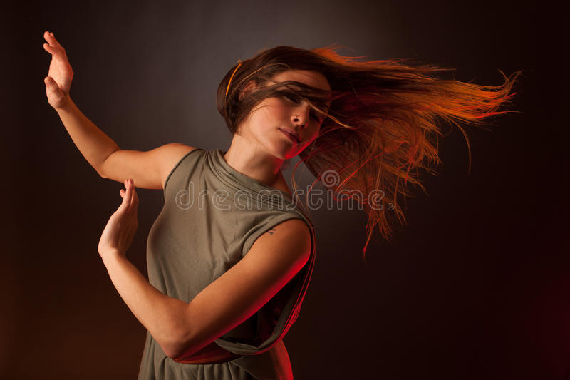 Baile caucásico moreno joven de la mujer y su pelo que atraviesan el aire fotos de archivo libres de regalías