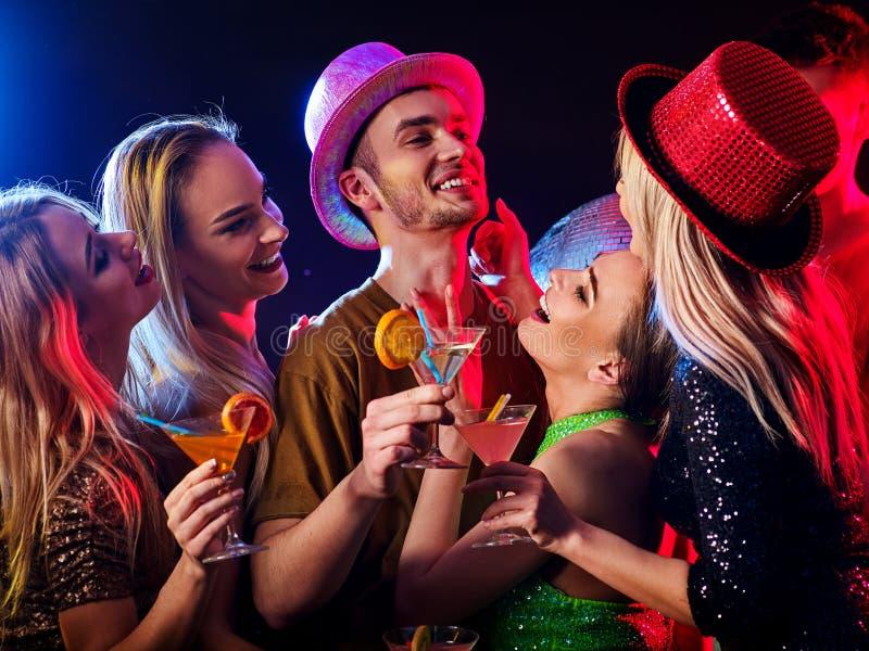 Baile con el baile confiado y la bola de discoteca del macho alfa fotos de archivo libres de regalías