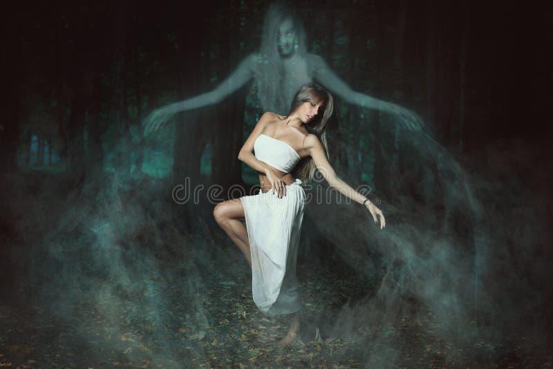 Baile con los fantasmas fotografía de archivo libre de regalías