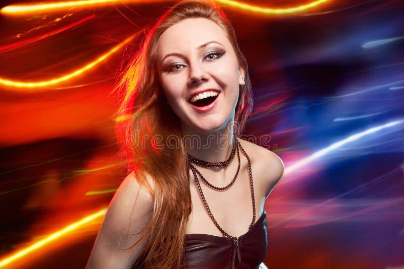 Baile de Clubber y mirada de la cámara con sonrisa foto de archivo