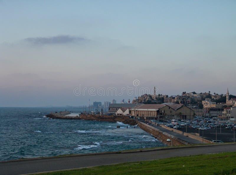Baile de fin de curso de la opinión del puerto de Jaffa el parque verde que considera abajo al océano la puesta del sol imágenes de archivo libres de regalías