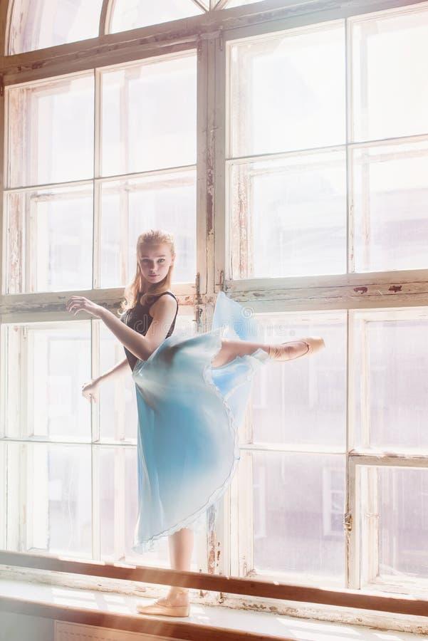 Baile de la bailarina en el fondo del travesaño de la ventana fotografía de archivo libre de regalías