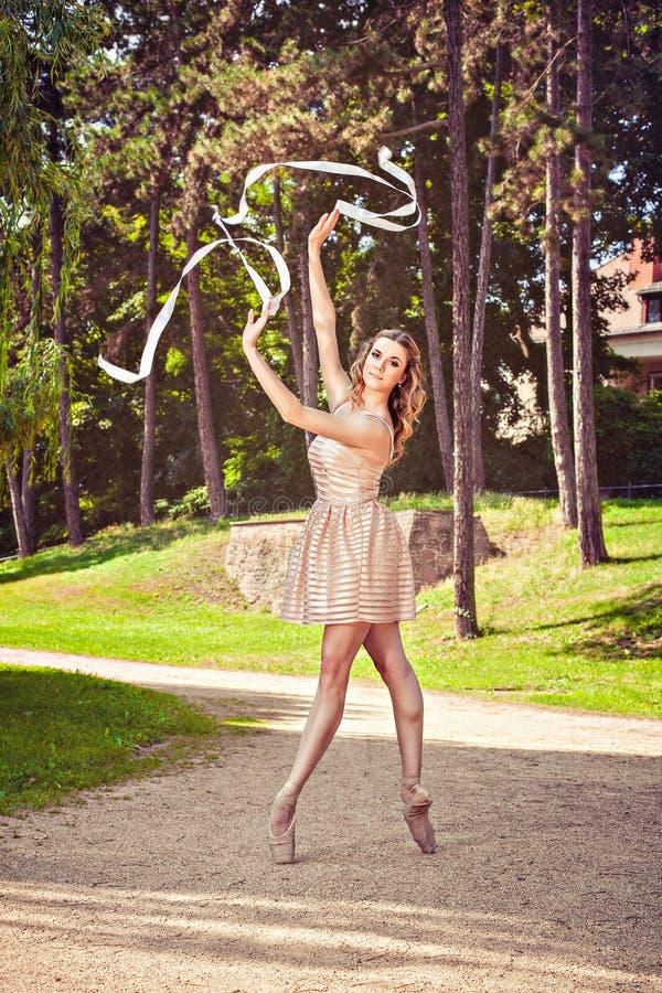 Baile de la bailarina en el parque foto de archivo