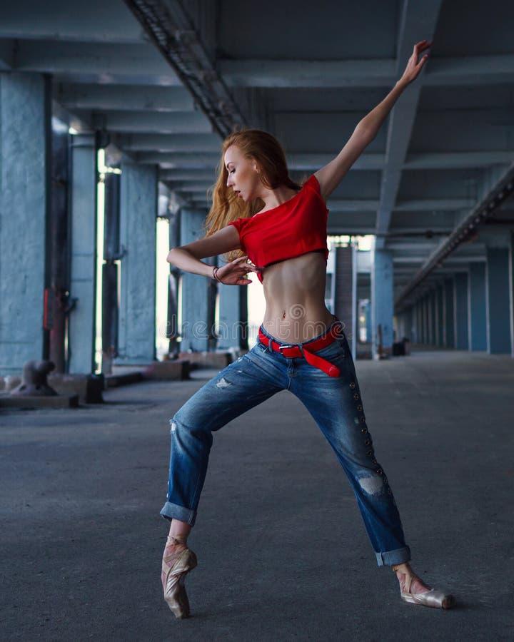 Baile de la bailarina Funcionamiento de la calle foto de archivo libre de regalías