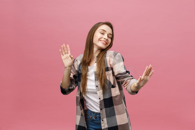 Baile de la chica joven del retrato con la expresión inspirada de la cara Mujer joven activa en el equipo casual del verano que s imagen de archivo libre de regalías