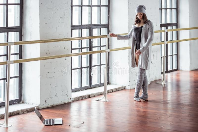 Baile de la chica joven en el desván imagen de archivo libre de regalías