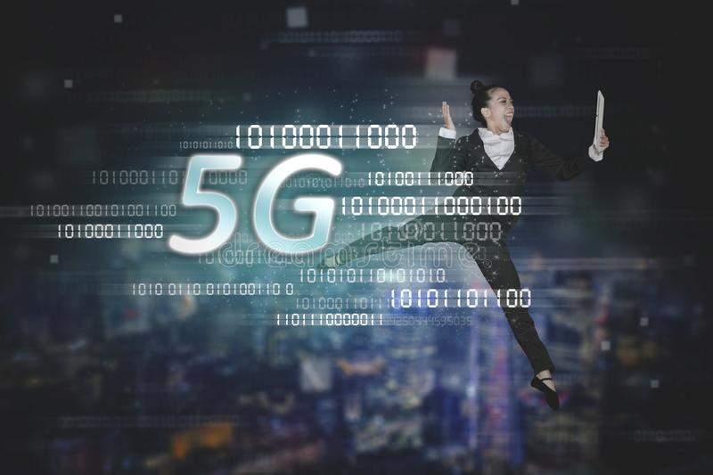 Baile de la empresaria con símbolo de la red 5G imagenes de archivo