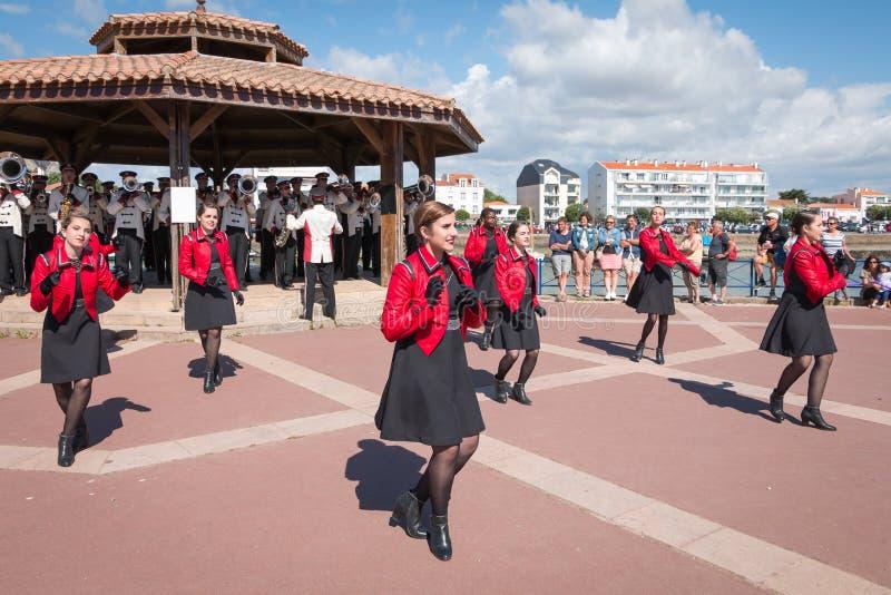Baile de la fanfarria en la calle foto de archivo