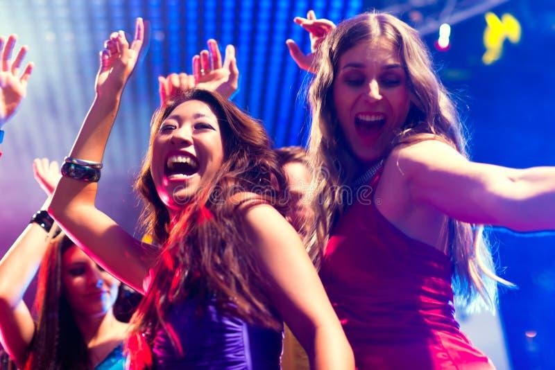 Baile de la gente del partido en disco o club fotografía de archivo libre de regalías
