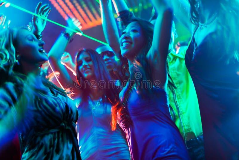 Baile de la gente del partido en disco o club fotos de archivo